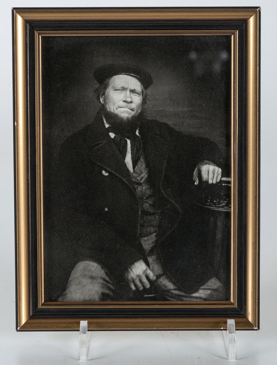 Inramat fotografi i svart och guldfärgad träram föreställande Lars Erik Sandin.