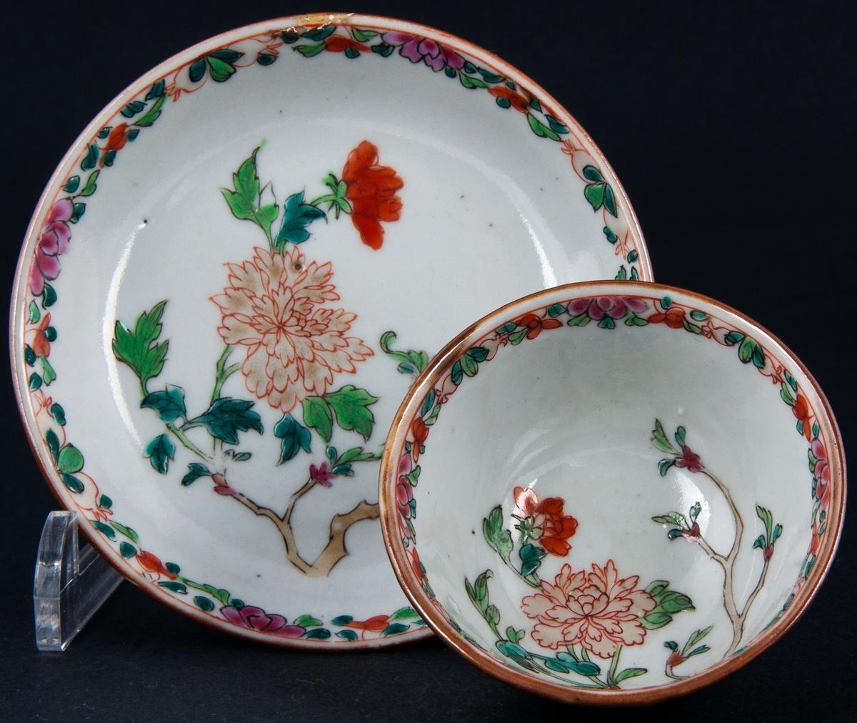 Kopp och fat, 2 par, ostindiskt porslin. Polykrom dekor. Brun glasyr på utsidan. inuti blommor och bård, delvis emaljfärg i blått, rött, grönt, brunt och guld. Utan fabrikationsmärke, kompaniporslin.