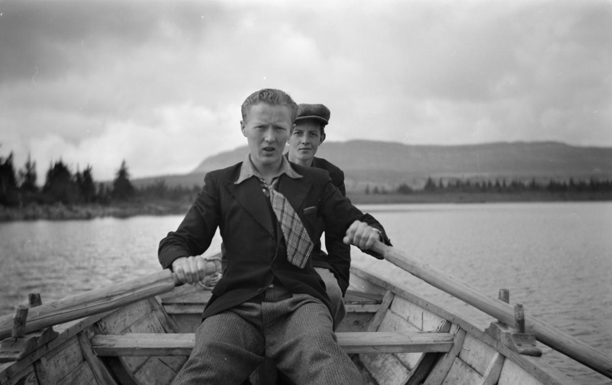 To mann i robåt