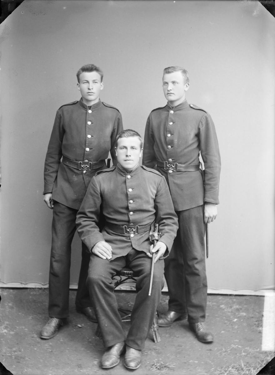 Gruppe med 3 soldater med hærens uniform M1888. En personene er etter MPLs regnskapsbok Jakob Moe, Jørstadmoen.