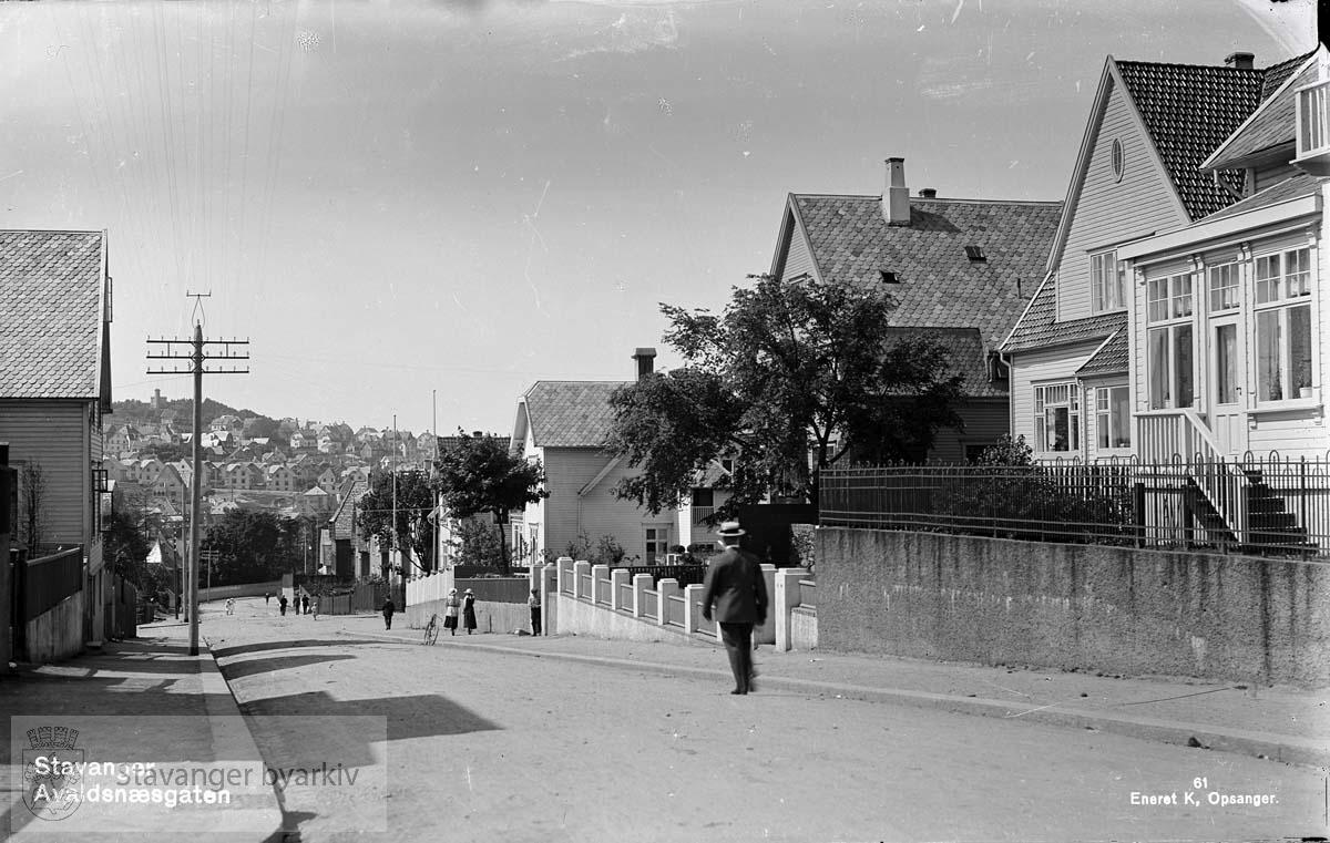 Huset helt til høyre er Jelsagata nr 43. Deretter følger Avaldsnesgata 20, 18 og Hjelmelandsgata 42. Huset til venstre er sannsynligvis Avaldsnesgate 15. .Motivene i Opsangers glassnegativer ble brukt som postkort. ..Glassnegativ fra Bokhandler K. Opsanger.
