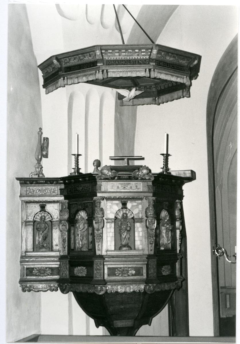 Badelunda sn, kyrkan. Predikstolen från 1655.