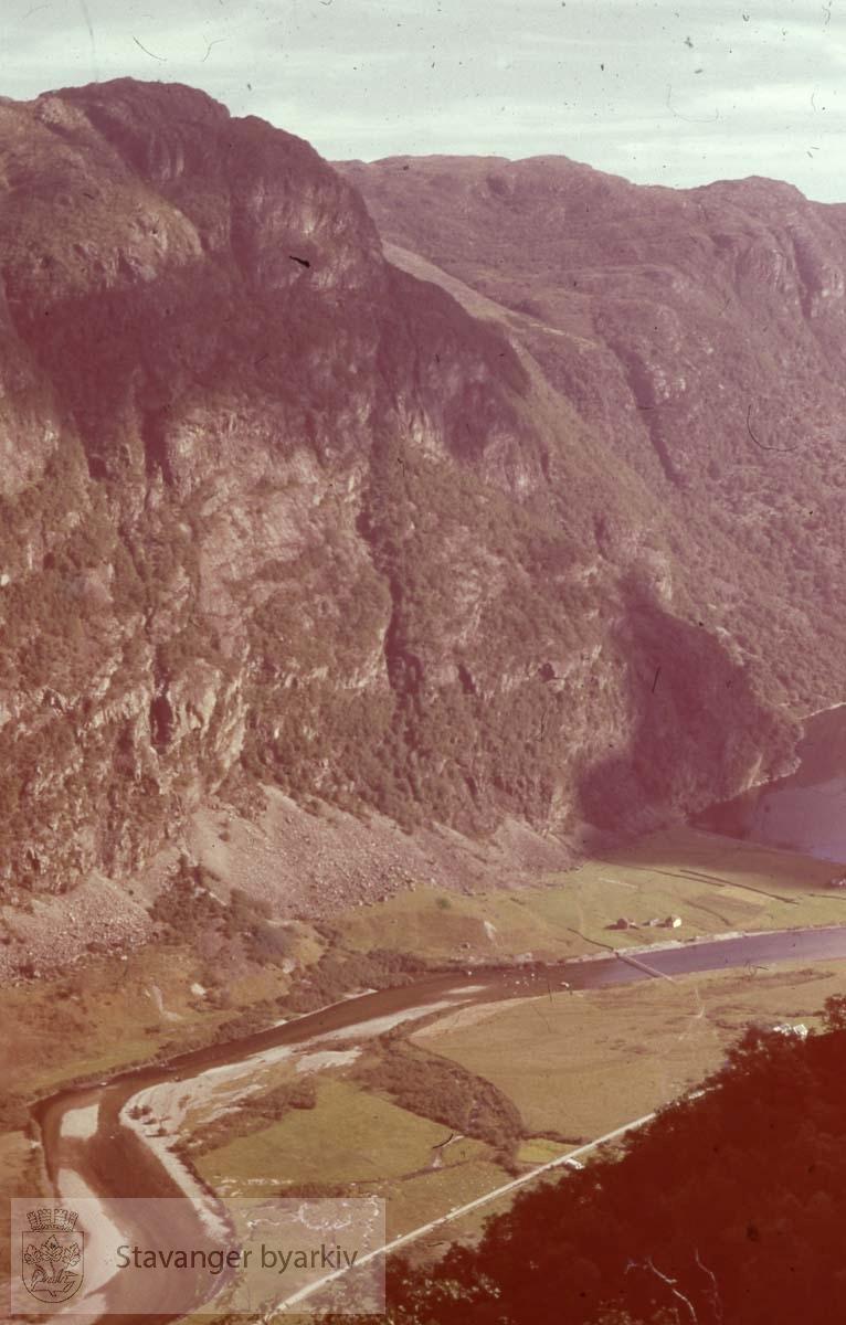 Elv langs dalføre