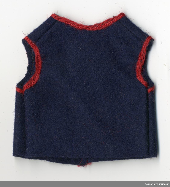 KLM 28082:230:1-5 Dockväst, herr, av textil, ylle, 5 stycken. Del av dräkt, består av väst, blå, med röd kant runt ärmhålorna, halsen, knäppningen och vid fickorna. Till nationaldräkt.
