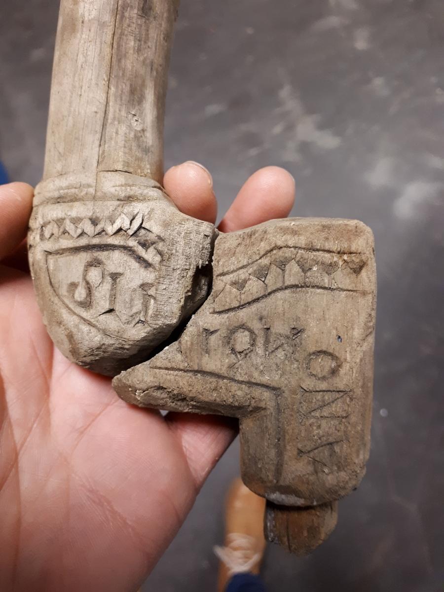 Bitar av en borrsväng med inskriptioner.