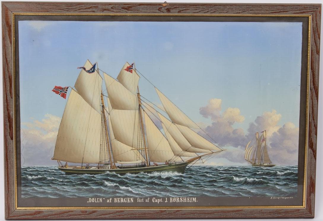 Skipsportrett av skonnert DØLEN  med full seilføring. Skipet sees fra to ulike vinkler. Fører unionsflagg  i mesanmasten, vimpel med skipets navn i stormasten og uionsflagg i formasten.