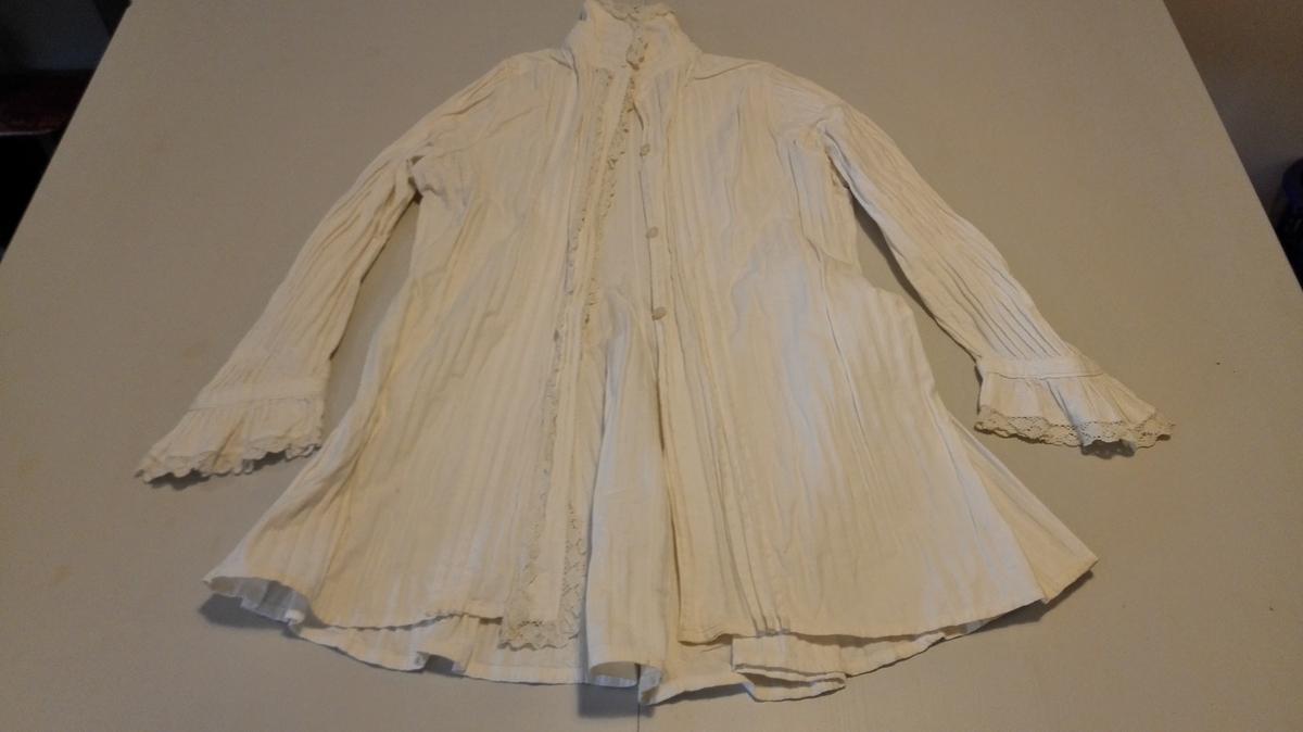 """1 natt-trøye  Kvit natt trøya av lin. """"Blonder"""" på armlinningane og brystlisti. Kjem frå familien Meidell, Flesje i Balestrand.  Svein L. Vold"""