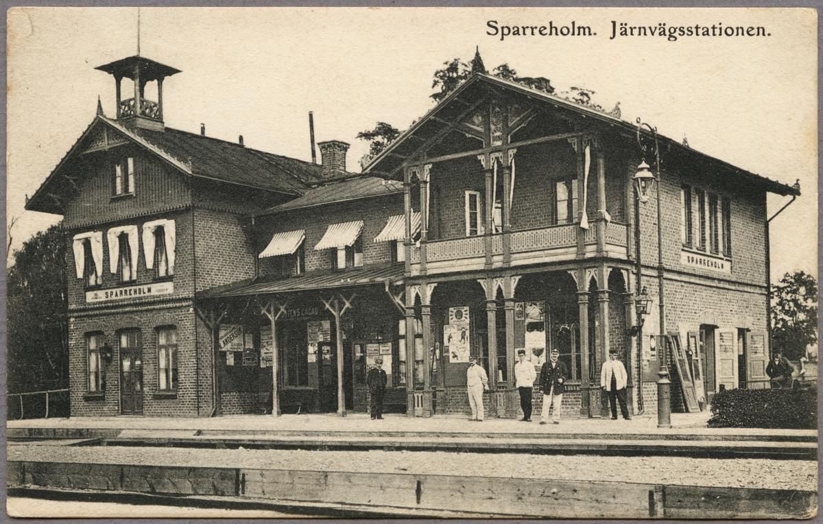 Spårsida av station med personal.