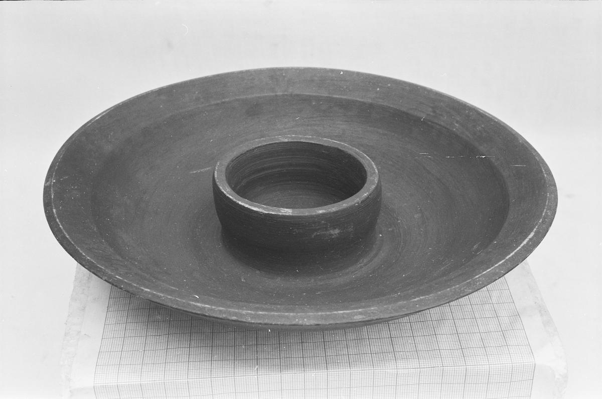 Treskål formet som skål og asjett i ett