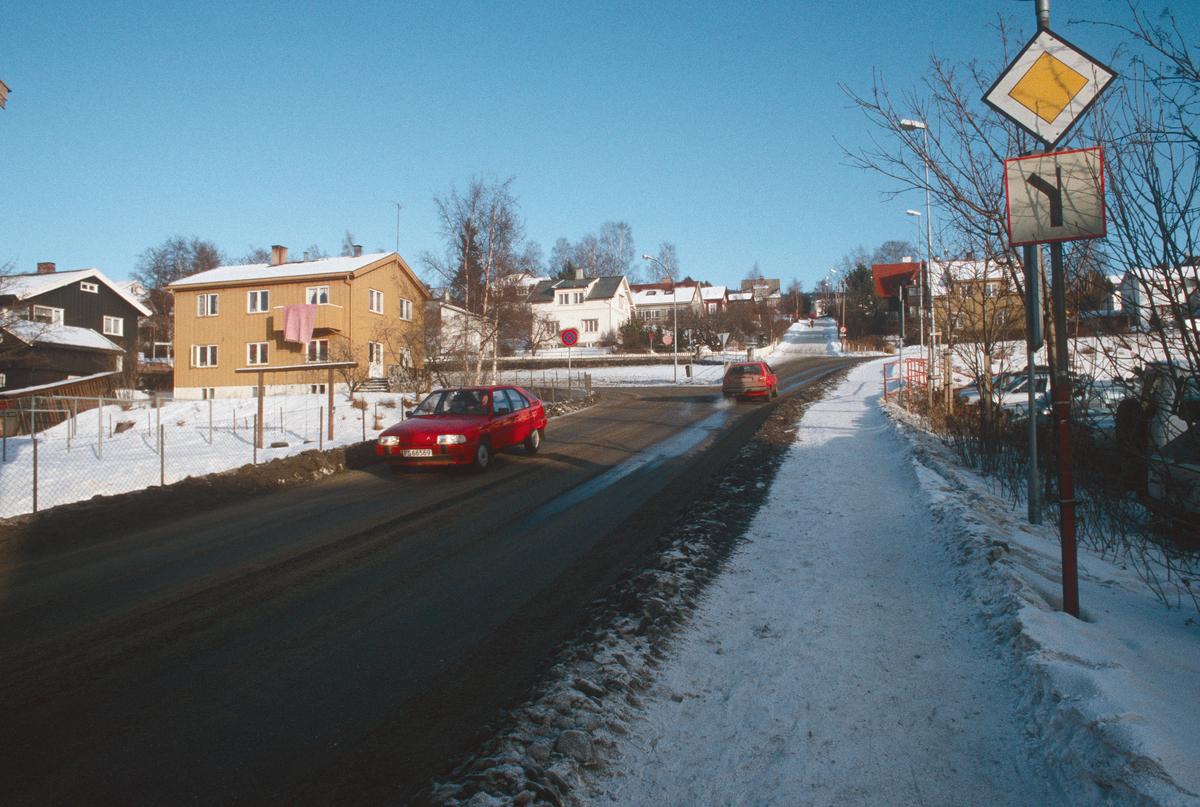 Lillehammer.  Nedre Lysgårdsveg før ombygging  til å bli en del av Nordsetervegen, som etter ombyggingen starter ved krysset Tomtegata/Gamlevegen.  Ommbygging av krysset Nordsetervegen/Spinnerivegen er heller ikke påbegynt.  Sett mot nord-øst.