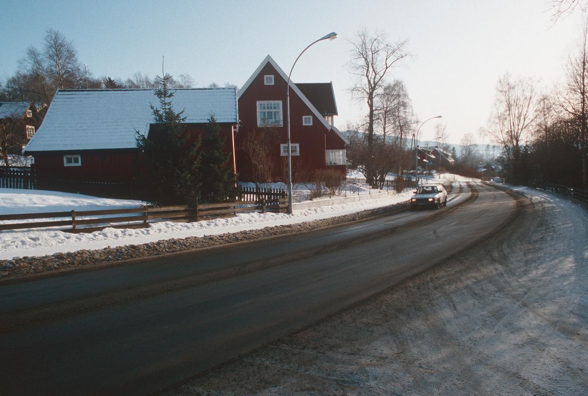 Lillehammer.  Nordsetervegen før utbedring.  Sett mot sør-øst.  Nordsetervegen 27 midt i bildet.