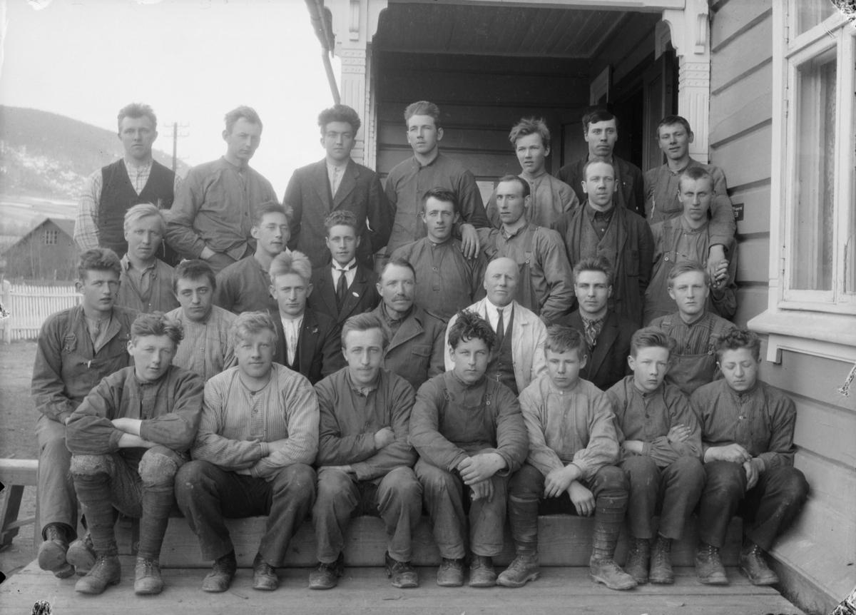 Elever og lærere ved Hjerleids Husflidsskole avdeling Båtsto, Dovre. Lærerne Ola Lillevik og Ragnvald Einbu midt i bilde.