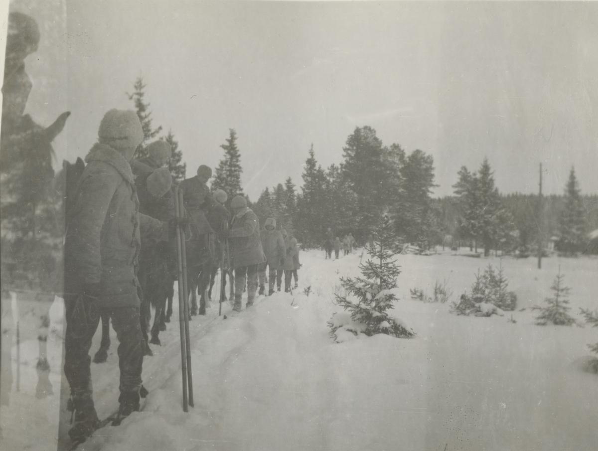 Soldater under vinterövning.
