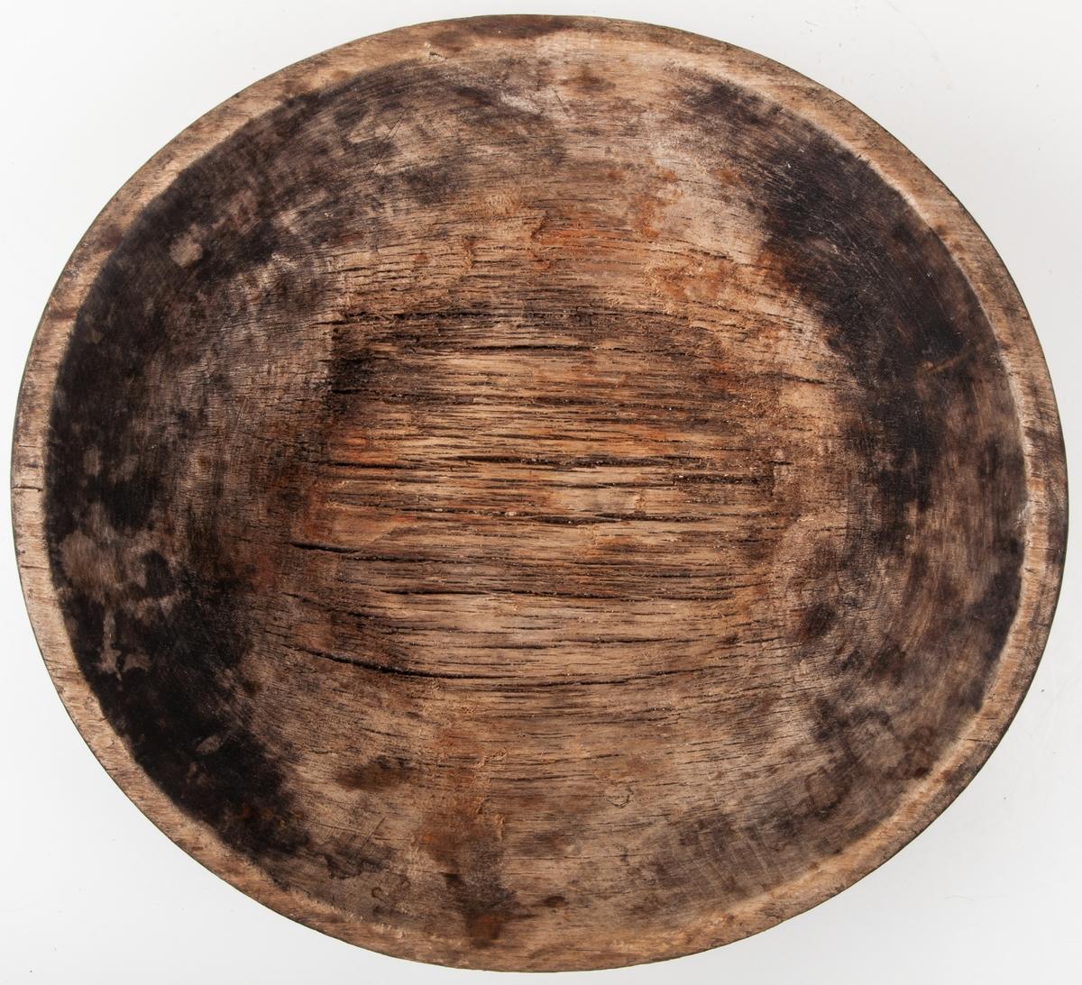 Matskål av trä, möjligen gran, rund. Svarvad, något oval. Omålad. Mått 26,5*27,5cm.