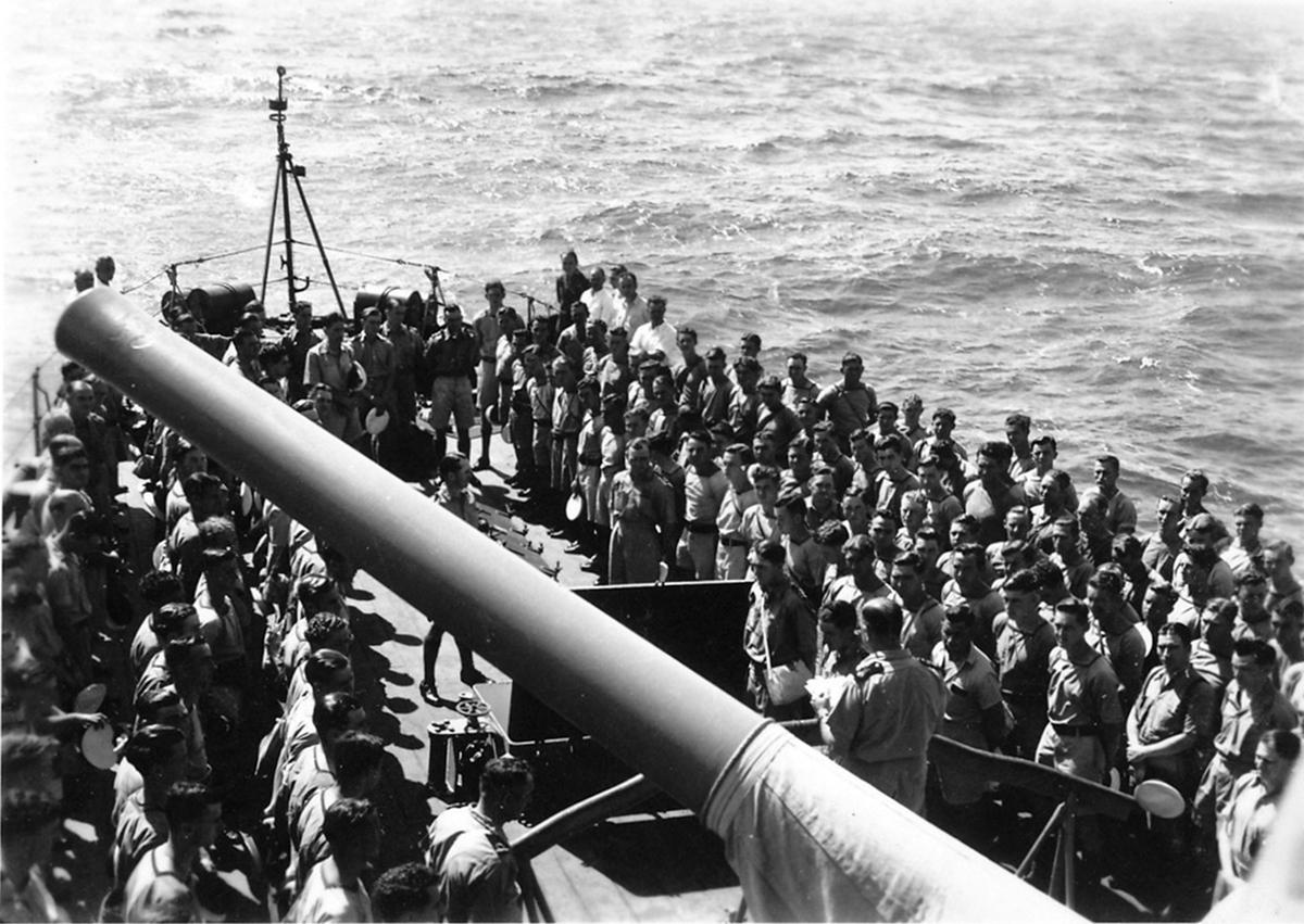 Søndagsgudstjeneste 29. november 1942 på dekk til HMAS 'Adelaide' hvor de frigitte norske krigsfangene deltar.