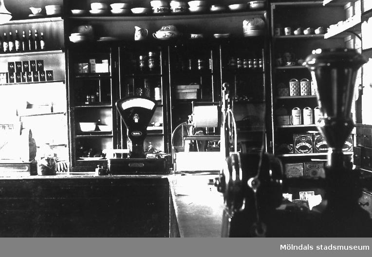 Butiksinteriör från affär i Mölndalsbro, Mölndal. Okänt årtal. F 3:24.