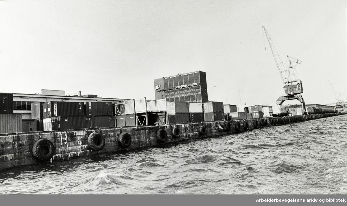 Havna. Containertomta og kaffebygget til Joh. Johannson. September 1980
