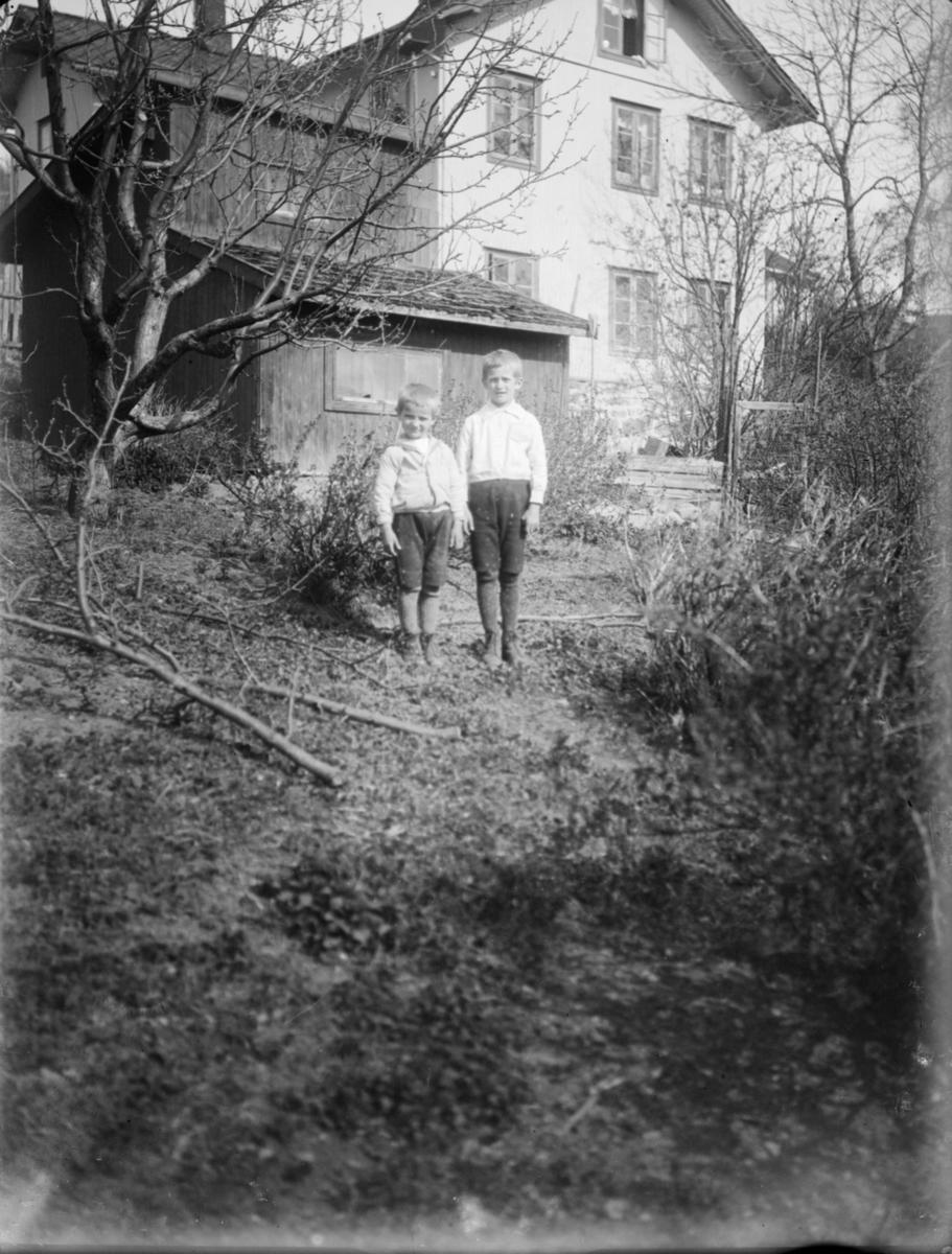 To gutter i en hage