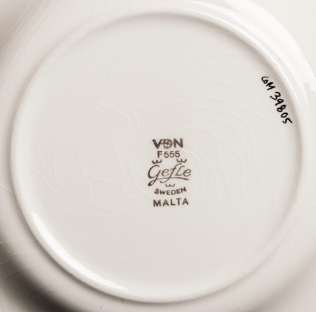 Assiett, dekor Malta. BDR.  Dekorerat med brunt enkelt band och pärlstav i godset. VDN-märkt F555.