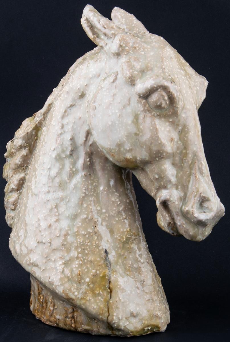 Figurin, föreställande ett hästhuvud. Chamotterat stengods.