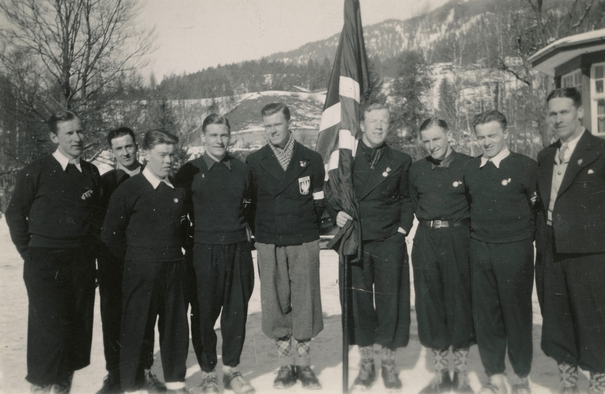 Athlets surrounding Hans Beck with flag