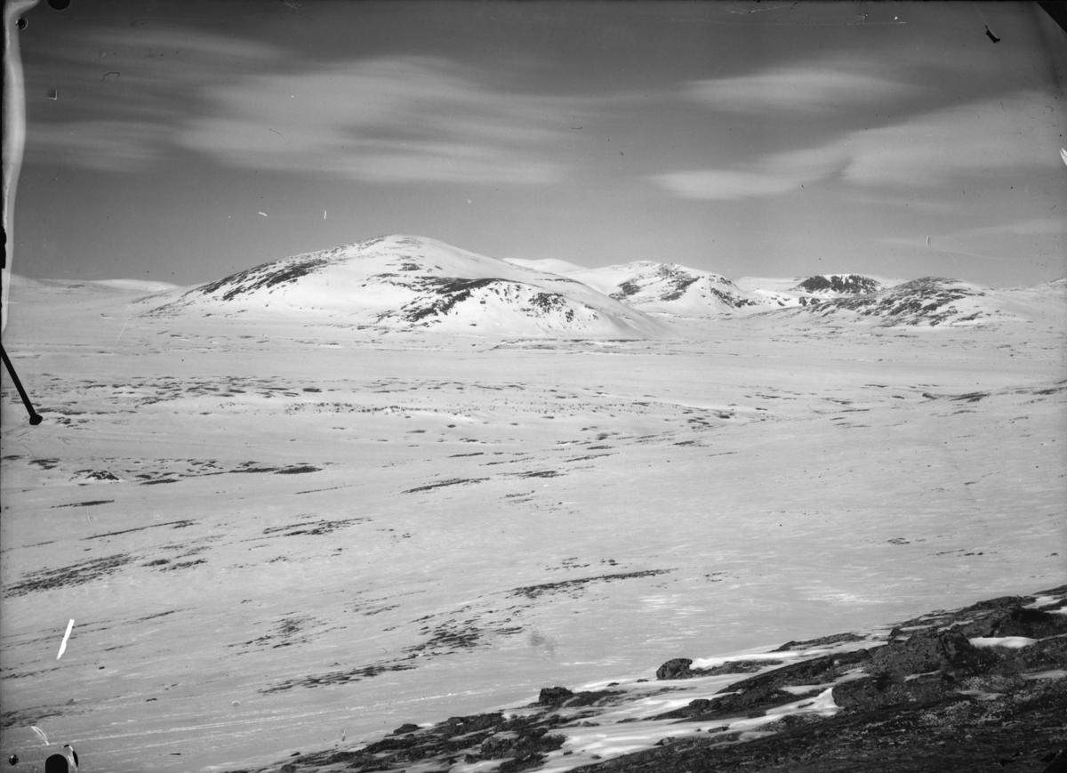 Oversiktbilde over snøfjell antatt ved Hjerkinn, Dovrefjell