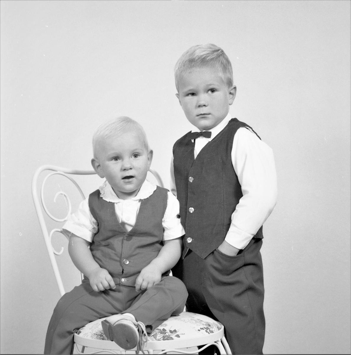 Portrett.To unge gutter. Bestilt av Otto Eide. 5550 Førland