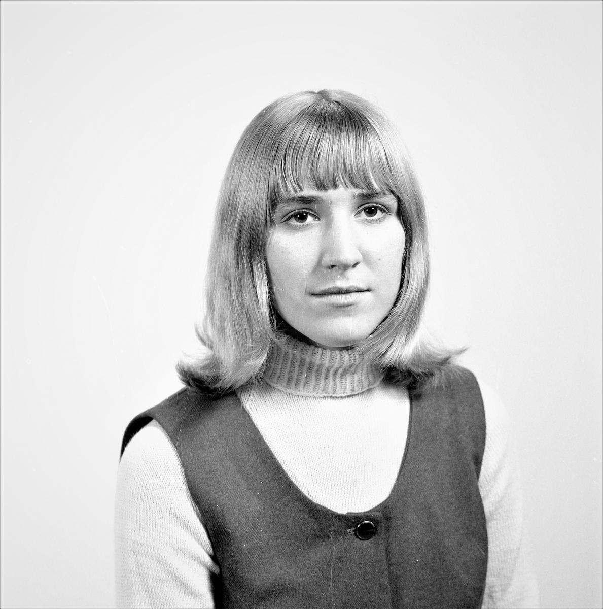 Portrett.To unge kvinner. Bestilt av Ellen Skjøllingstad. Gard og Liv M. Halleraker. Fjæragata 1B