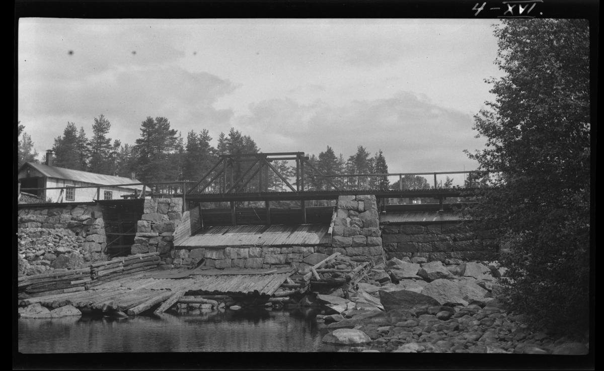 Svartelva. Kanal til Klevfos fabrikk ytterst til venstre. Huset til venstre er en maskinstall.