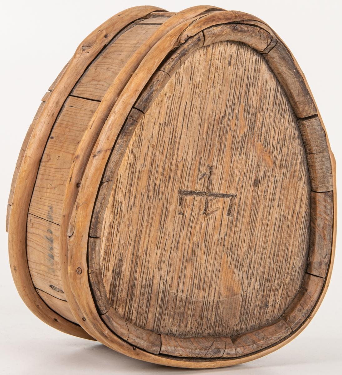 Vattenflaska (laggskäl) liten omålad märkt LESX. Gavlar av ek, resten björk. Tre träband. Hål för tapp upptill i smalängen. Höjd 14 cm. Bredd 12 cm. Tjocklek: 8,5. Ristat bomärke och ANO 1745.