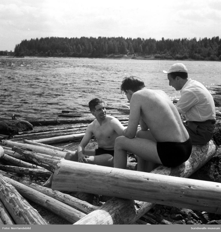 """Gösta """"Snoddas"""" Nordgren badar i en älv, troligen Ljusnan. Reportagebilder."""