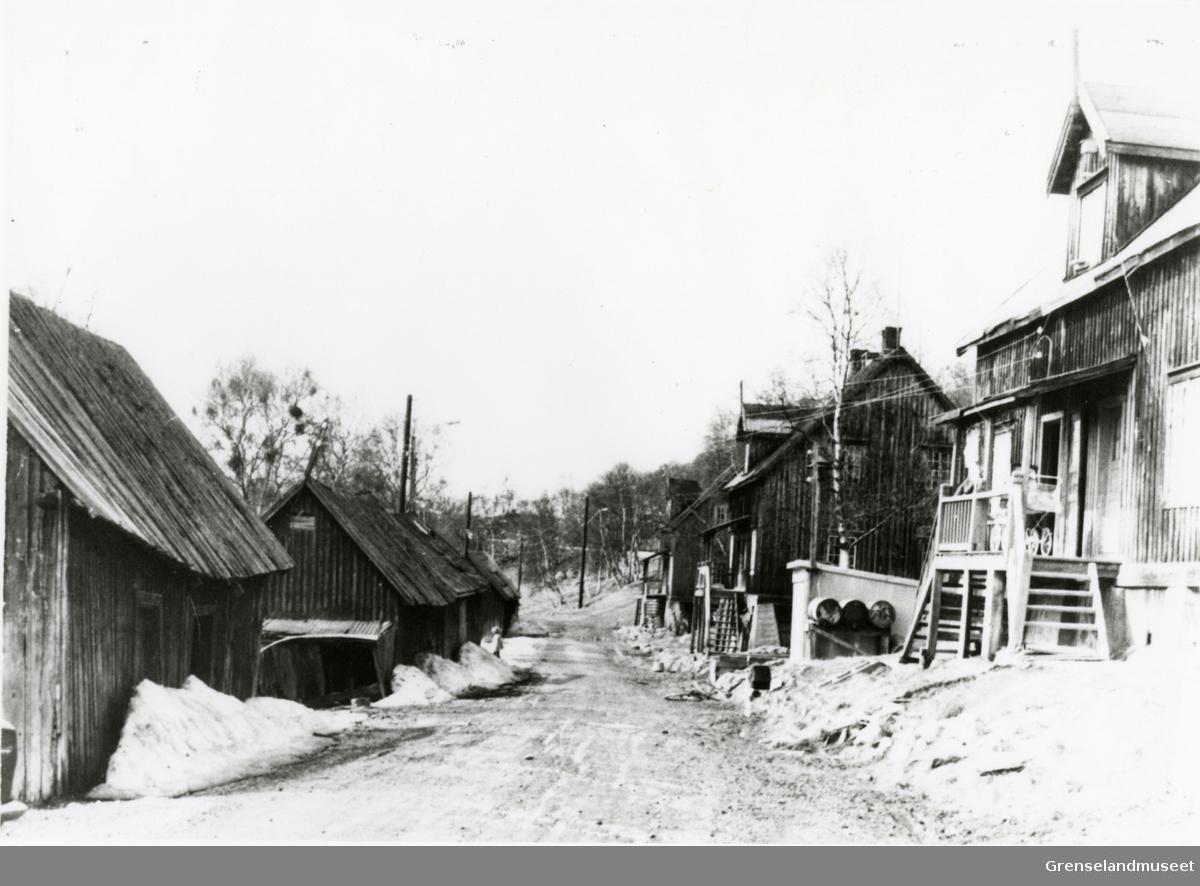 Sagbruket Pasvik Timber sine arbeiderboliger på Jakobsnes. Bildet ble tatt like før de ble revet.