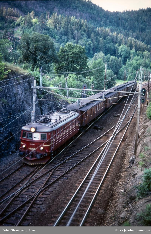 Elektrisk lokomotiv El 11 2105 med persontog fra Oslo V retning Drammen på Hvalstad stasjon.