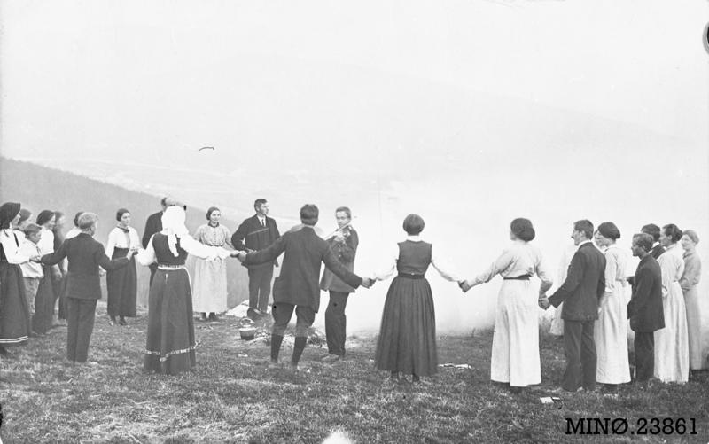 Ungdommer St. Hans-kvelden 1916, ved Tronsvangen