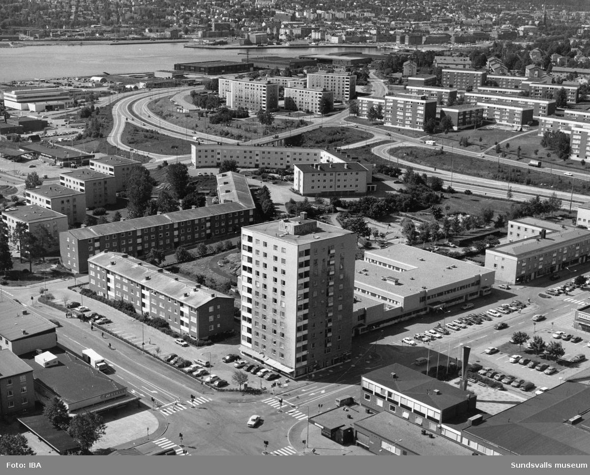 Skönsbergs centrum med motorvägens sträckning in mot Sundsvall.