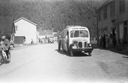 ef3175e0 Avfotografert bilde med en buss parkert foran det som trolig