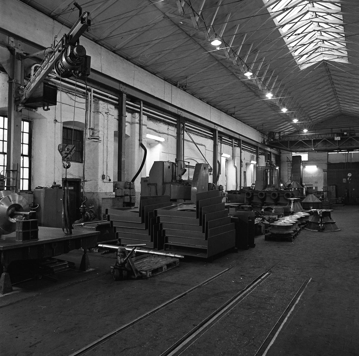 Arboga Mekaniska Verkstad, interiör från maskinverkstad och monteringsavdelning Travers i taket, lastpallar.  25 september 1856 fick AB Arboga Mekaniska Verkstad rättigheter att anlägga järngjuteri och mekanisk verkstad. Verksamheten startade 1858. Meken var först i landet med att installera en elektrisk motor för drift av verktygsmaskiner vid en taktransmission (1887).  Gjuteriet lades ner 1967. Den mekaniska verkstaden lades ner på 1980-talet. Läs om Meken i Hembygdsföreningen Arboga Minnes årsbok från 1982.