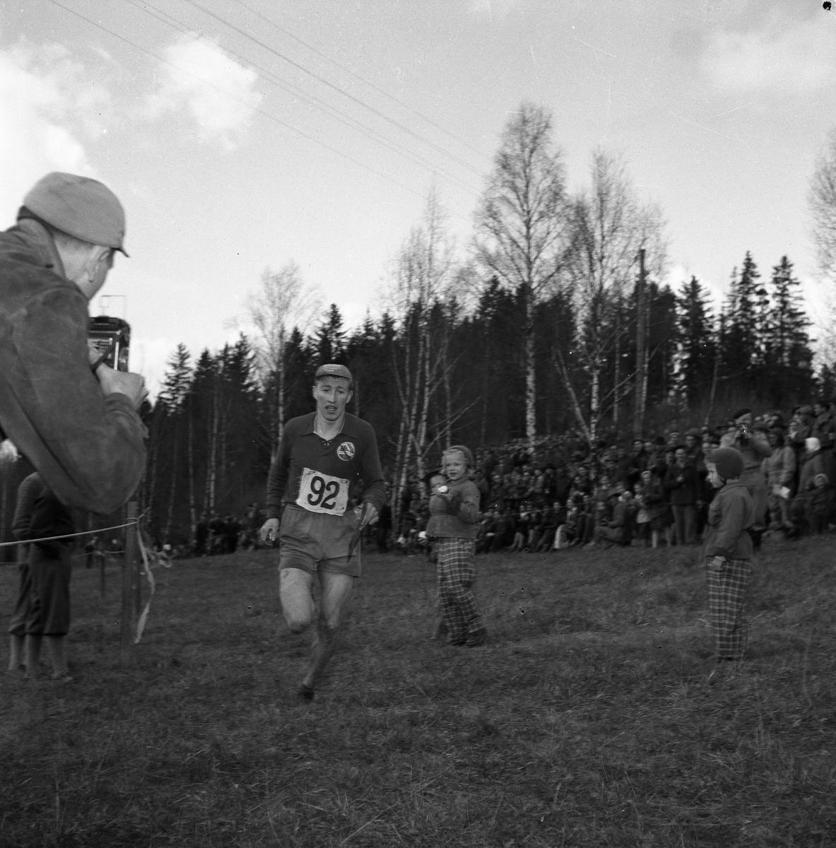 """Orienterare, publik och fotograf. Arboga Orienteringsklubb vann tiomilaorienteringen i april 1953.  Start: Malmköping. Mål: Bränninge, Södertälje.  Bilder, från detta tillfälle, finns i Reinhold Carlssons bok """"Arboga objektivt sett""""."""