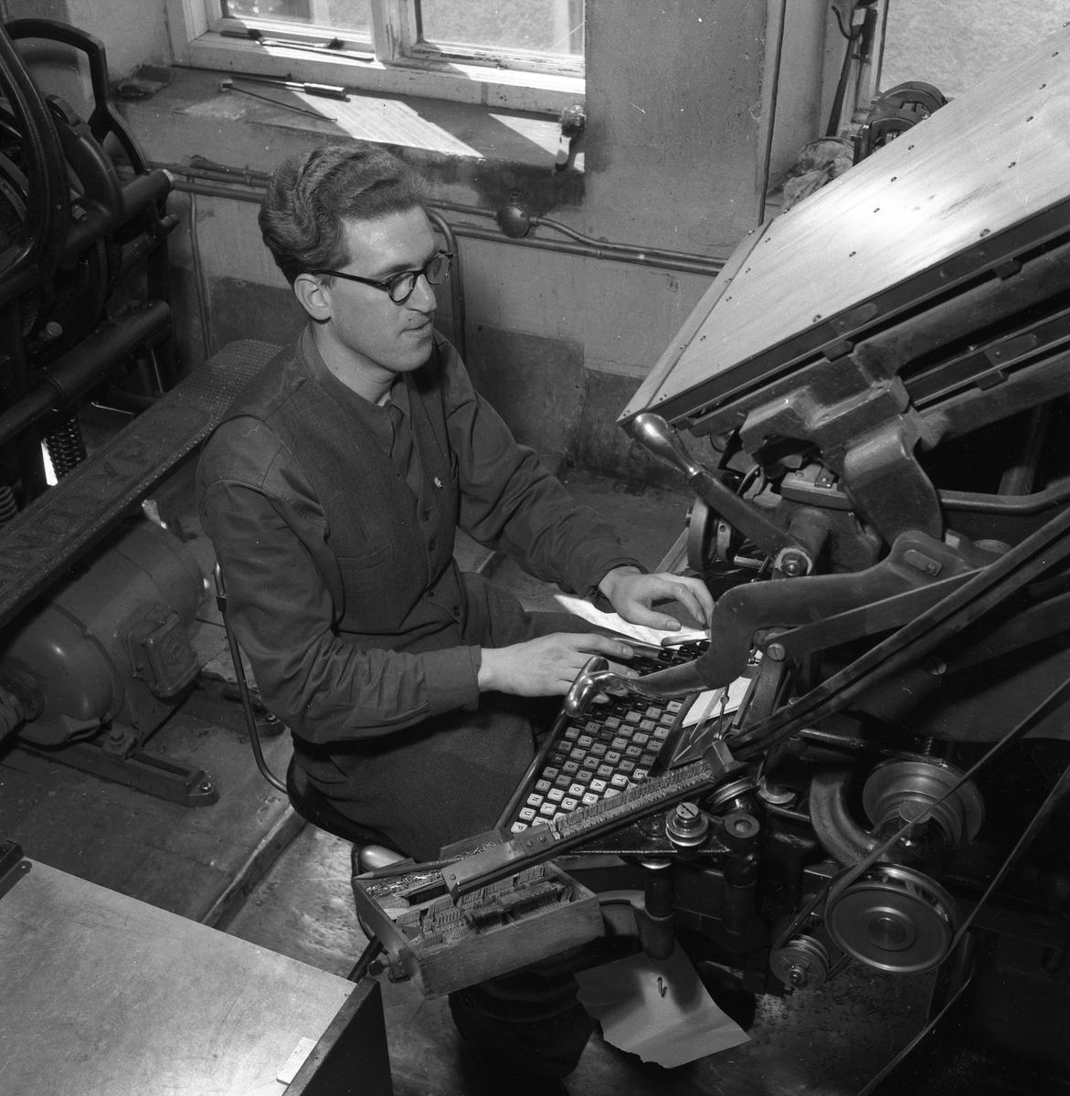 Arboga Tidning, personal och interiör. En man, iklädd skjorta och väst, arbetar med typer i tryckeriet.