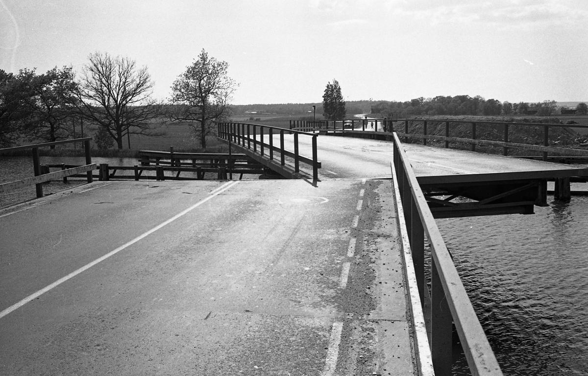 Svängbron över Hjälmare kanal, vid Gravudden, på vägen mellan Arboga och Kungsör. Gården till höger är Johannisberg.