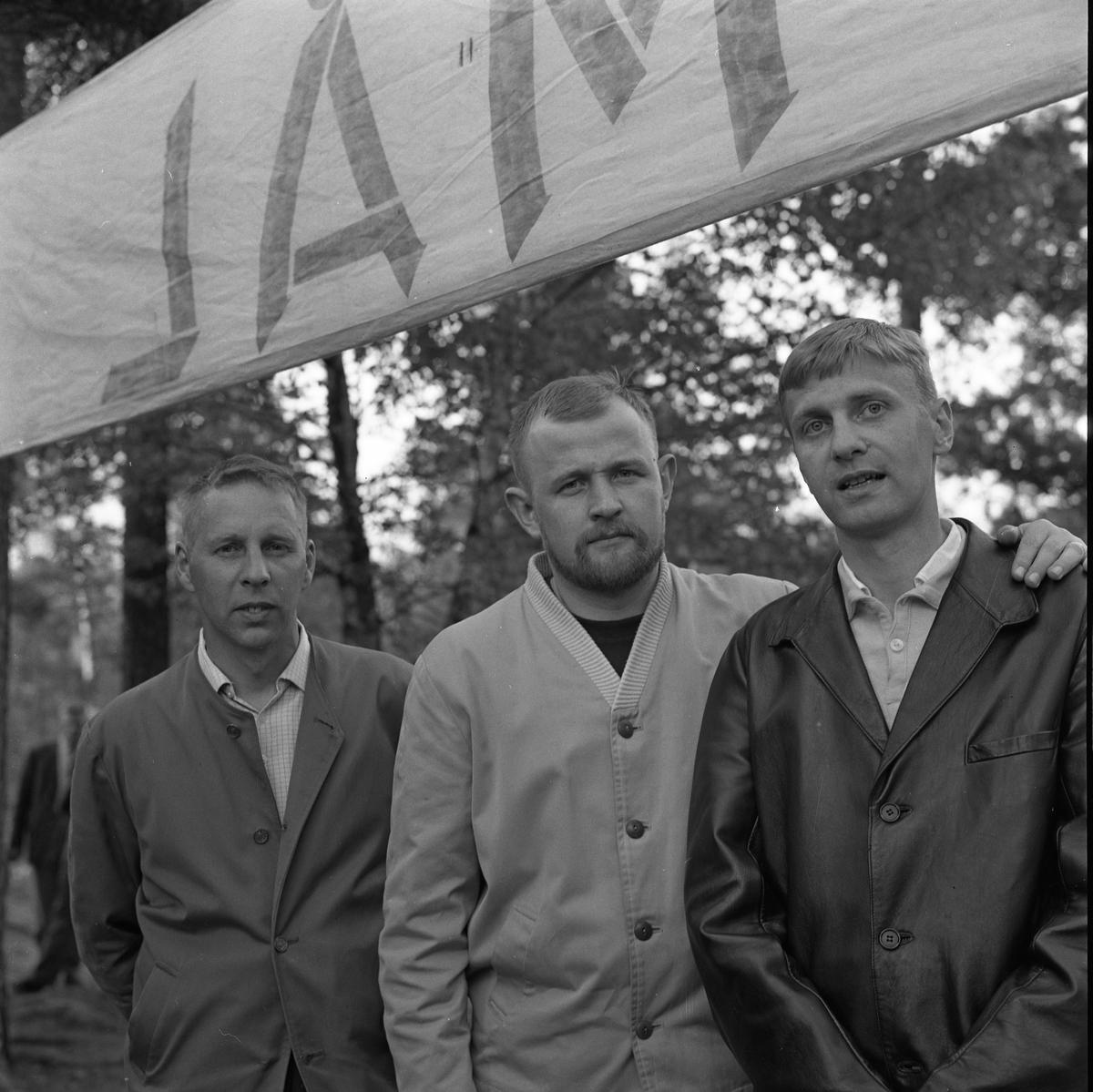 EK-skytte, segrande lag består av Tallkvist, Lundegren och Törnkvist. Tre män, klädda i jackor, utomhus under en mål-skylt.