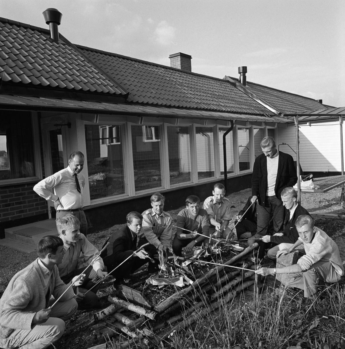 Korvgrillning vid elevhemmet på Ekbacken Elevhemmet drevs av KFUM på uppdrag av CVA. Startade 1948 och lades ner 1969.