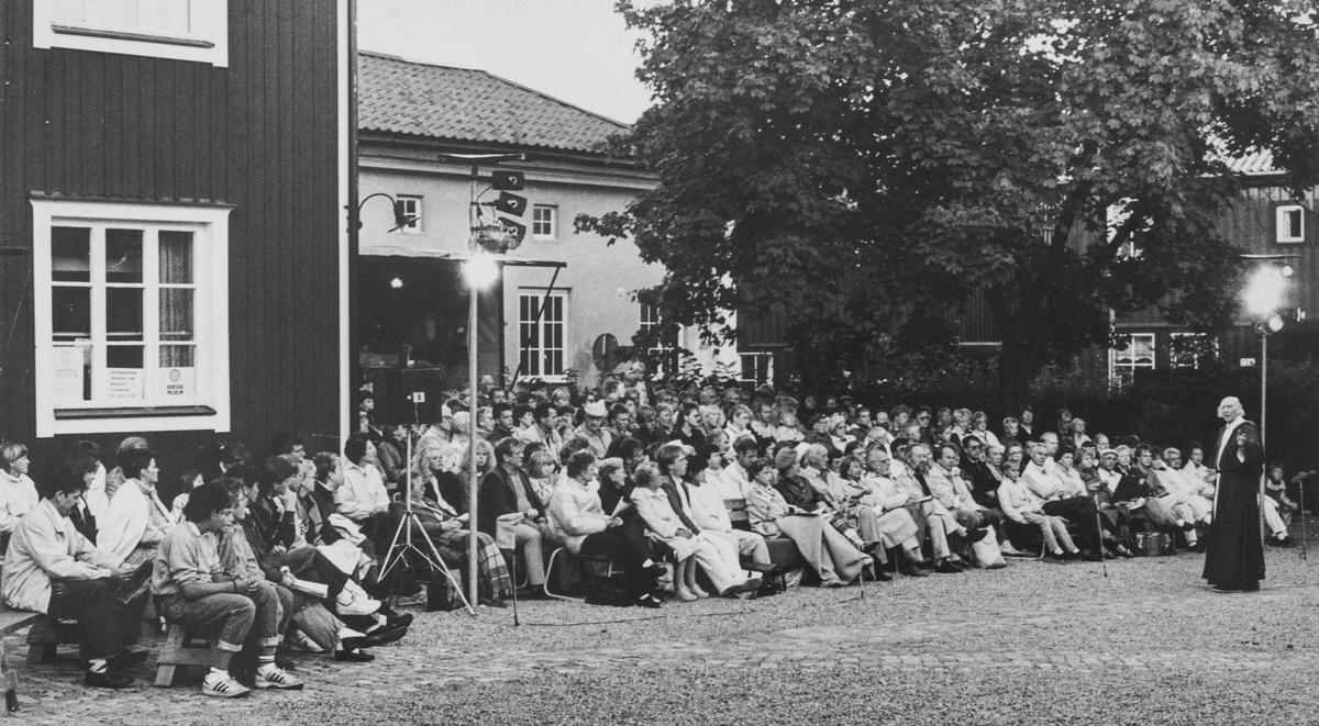 """Giv oss fred, spelas på museets innegård. Publiken sitter med ryggen åt Dragmansgatan.  Giv oss fred är ett teaterstycke skrivet av Rune Lindström 1961. Handlingen, som är inspirerad av Arbogas klosterhistoria, är förlagt till början av 1500-talet. Uruppförandet skedde den 11 augusti 1962 och Rune Lindström spelade Engelbrekt Gertsson. Lions Club i Arboga stod för arrangemanget. Föreställningarna regnade bort och det blev ett stort ekonomiskt bakslag för föreningen. Spelet har framförts igen; 1987, 1988, 2012 och 2015 av medlemmar i Bygdespelets Vänner. """"Giv oss fred"""" har även kallats """"Arbogaspelet""""."""