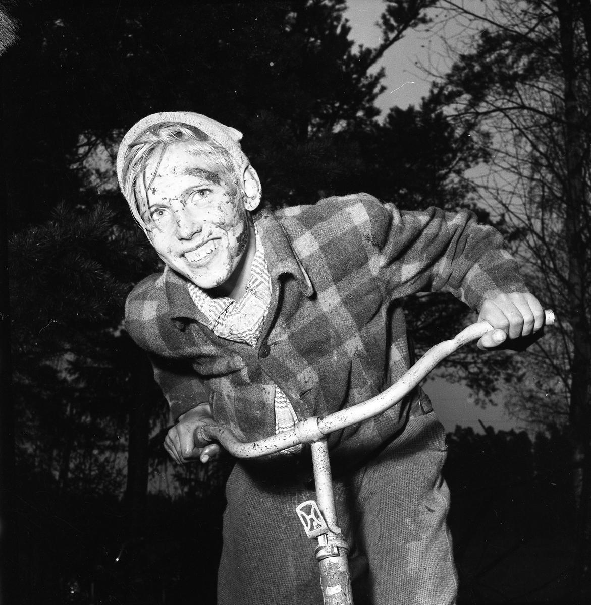 """Cykelcross är en ny ungdomsfluga. Bengt Arne Lööw tävlar för Kronorna från Arboga. Motståndarlaget är Rövarna från Fellingsbro. Tävlingen sker i Fellingsbro och banan är 450 meter lång. Bilden finns med i Reinhold Carlssons bok """"Arboga objektivt sett"""""""