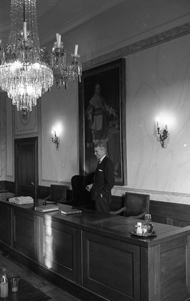 Statsutskottet besöker Arboga. Utskottets ordförande är Gösta Bohman, Högerpartiet. Mötet hålls i fullmäktigesalen på Rådhuset.