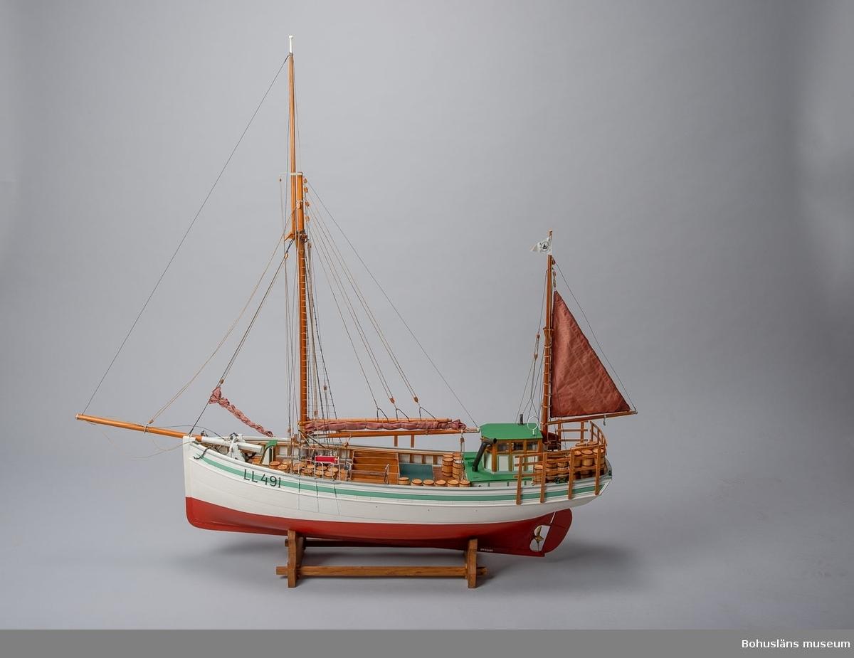Modell av fiskebåten LL 491 RUDOLF. Engelsk kutter utrustad för Islandsfiske som det tedde sig på 1930–1940-talet.  Skala 1:25. Signerad: Rudolf Bengt Pettersson, 2011. Detaljrik och ytterst välgjord modell.