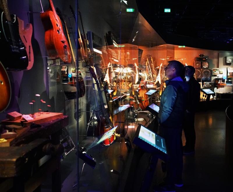 Santelli sjekker ut utstillingen Rockens verktøy på Rockheim. (Foto/Photo)