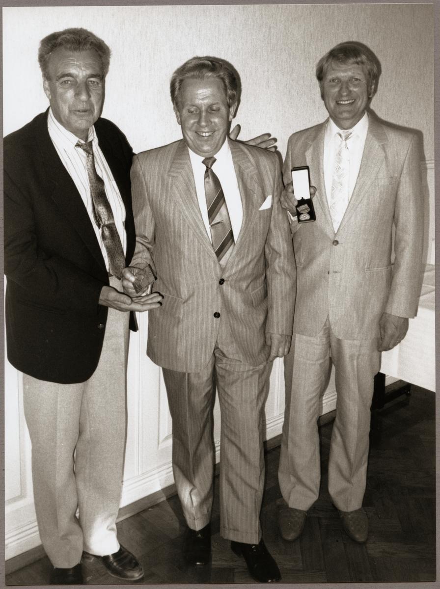 Hans Thuresson i mitten tillsammans med Karl-Erik Pettersson, Kopparberg och Lars Råstock, Eskilstuna som båda fick utmärkelser för sina tjänster vid driftvärnet under Trafikaktiebolaget Grängesberg - Oxelösunds Järnvägar, TGOJ-dagen på Stadshotellet i Lindesberg 1990.