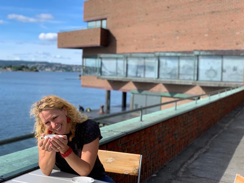 På Fjordterrassen med utsikt mot spissen og Fjorden (Foto/Photo)