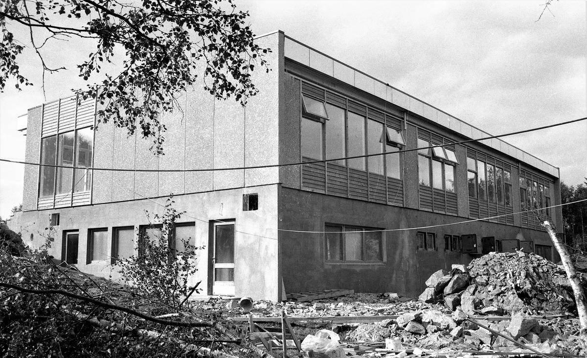 Skolebygg. Enge Skole. Eksteriør og interiør. + Posten? Bestilt av Firma Skeie. Sandnes